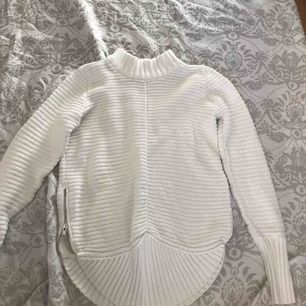 Fin stickad tröja från Gina tricot, storlek M fast passar mig som har S så skulle nog säga att den är i S. Frakt tillkommer eller så möts vi upp!