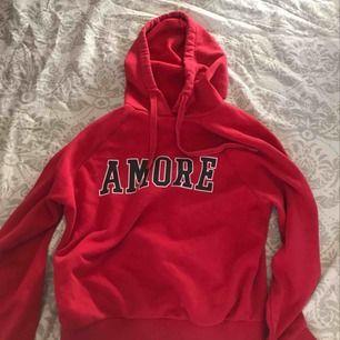 Fin hoodie från ginatricot, jättefin färg. Frakt tillkommer eller så möts vi upp!