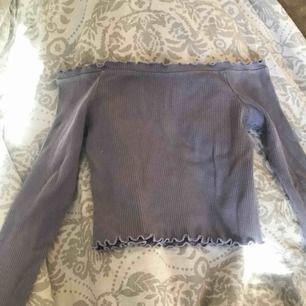 Lila offshoulder tröja från ginatricot, på sista bilden ser man den riktiga färgen. Frakt tillkommer eller så möta vi!