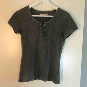 Stenfärgad t-shirt från Hollister. I strl XS men passar en S. Fraktkostnaden är inkluderad i priset.