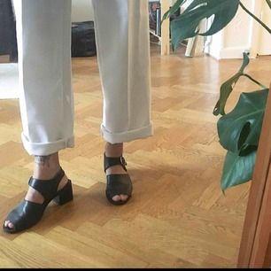 Vintage 90s svarta typ mules/chunky heel sandals i italienskt läder. I bra begagnat skick och otroligt bekväma 💫