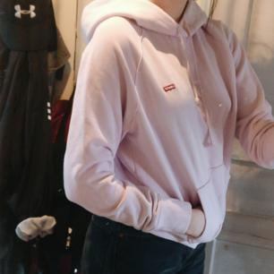 Jättefin lilac hoodie från Levi's. Använd någon enstaka gång bara.