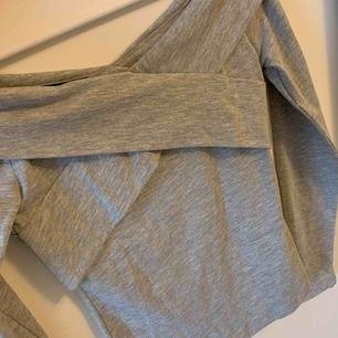 Grå off shoulder tröja  Priset är exklusive frakt (betalning via Swish)