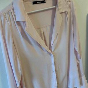 Ljusrosa skjorta från BikBok Knappt använd , Priset är exklusive frakt (Betalning via Swish)