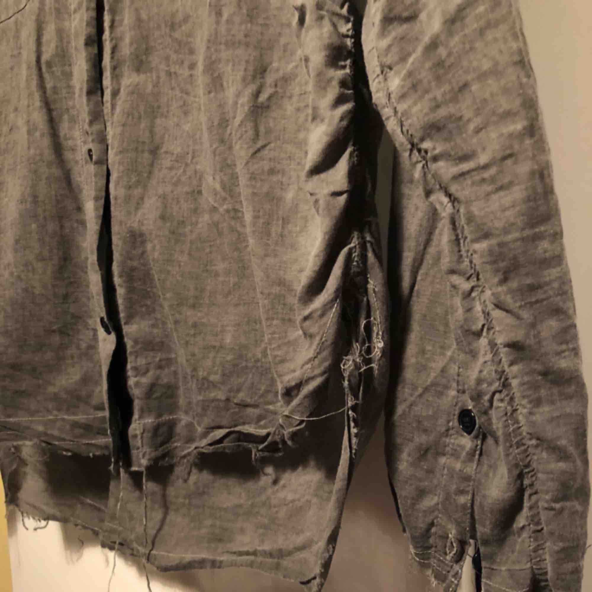 Tuff grå skjorta/blus från Crocker. Modell med slitna sömmar i kanterna. Lite längre bak. Öppna slitsar i sidorna. Ärmarna är aningen korta. Passar XS-S. Nypris 299kr. Skjortor.