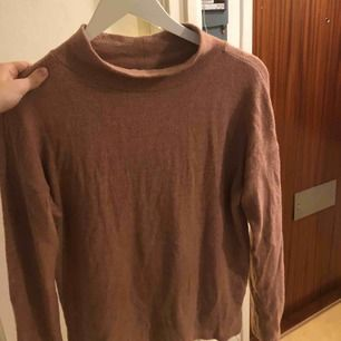Gammelrosa tröja, sparsamt använd i fint skick. Priset är inklusive frakt, betalning via swish 💃🏽