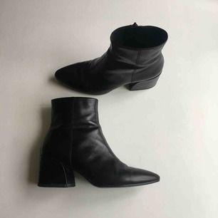 Olivia shoe från Vagabond i storlek 38. Köpta för ca 1,5 år sedan. De är i fint skick, med spår av användning. Köpare betalt ev frakt. Meet up funkar bra i Sthlm!