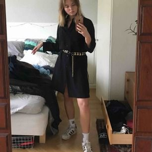 """Svart lång """"kofta"""" som jag använt som klänning! Superbra skick och såå snygg, passar även perfa till strumpbyxor nu när det blivit lite kallare!"""