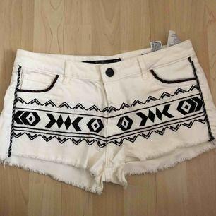 Snygga vita jeansshorts med svarta dekorativ från Zara. Använda enstaka gånger - i nyskick. Fraktfritt🌿