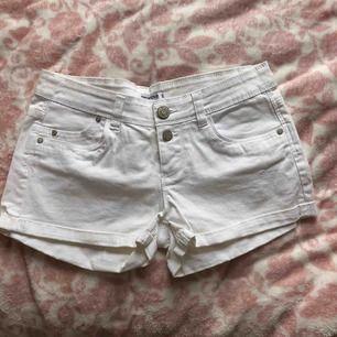 Snygga vita jeansshorts. Använda enstaka gånger. Fraktfritt  🌿