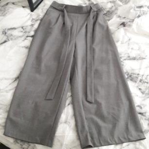 culottebyxa med paperbag waist, knappt använda