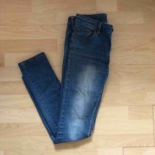 Snygga ljusa jeans inköpta från Cubus. Storlek: Regular 28. Frakt 39 kr🌿