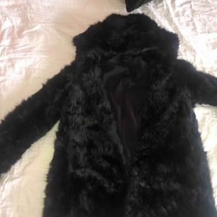 """Skit snygg """"päls"""" jacka i färg svart. Lång i modellen. Köpt från zara☺️"""
