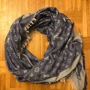 Snygg sjal/scarf med jeans känsla. Mjuk och skön material. Använd men i bra skick. Endast avhämtning.