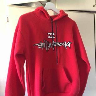 Jätteskön hoodie från Billabong, storlek M men skulle säga att den är mer S/XS. Detalj på huvan