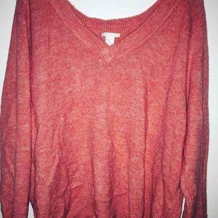 En super mysig stickad tröja som även fungerar som klänning! Använd ett fåtal gånger❄️🍁 Frakt ingår inte❤️