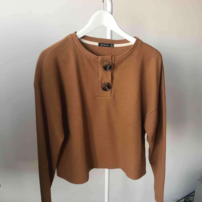 Oanvänd tröja med knappar upptill.. Tröjor & Koftor.