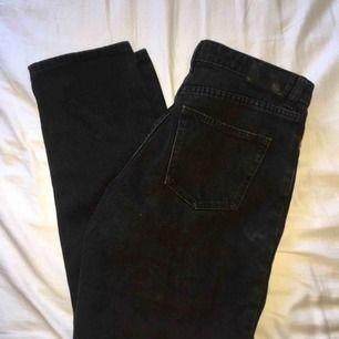 Ett par svarta mom jeans från monki.. Aldrig använda pga för små.  Möts upp i Stockholm eller fraktar då köpare står för kostnad! :)