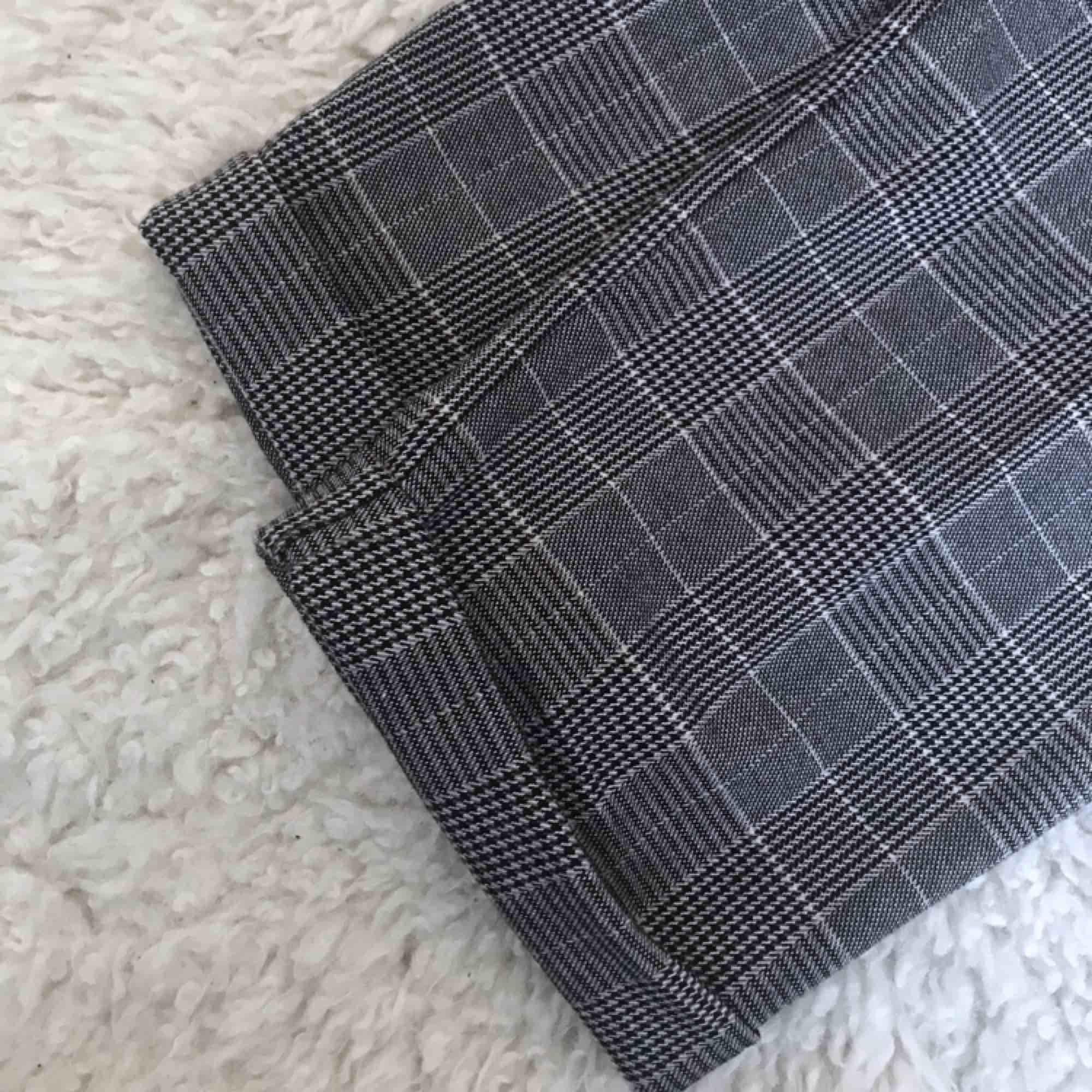 Sjukt snygga paperbagbyxor från pullandbear i det perfekta rutiga mönstret. Endast använda en gång så i jättefint skick. Säljer då de är aningen för stora på mig. Priset kan diskuteras! Frakt betalas av köpare, jag tar swish⚡️. Jeans & Byxor.