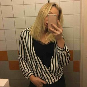 En skjorta med inbyggt spetslinne ifrån Zara. Går att knäppa upp nedtill. Bra skick, säljer då den tyvärr är lite för liten för mig. Frakt kostar 30kr!
