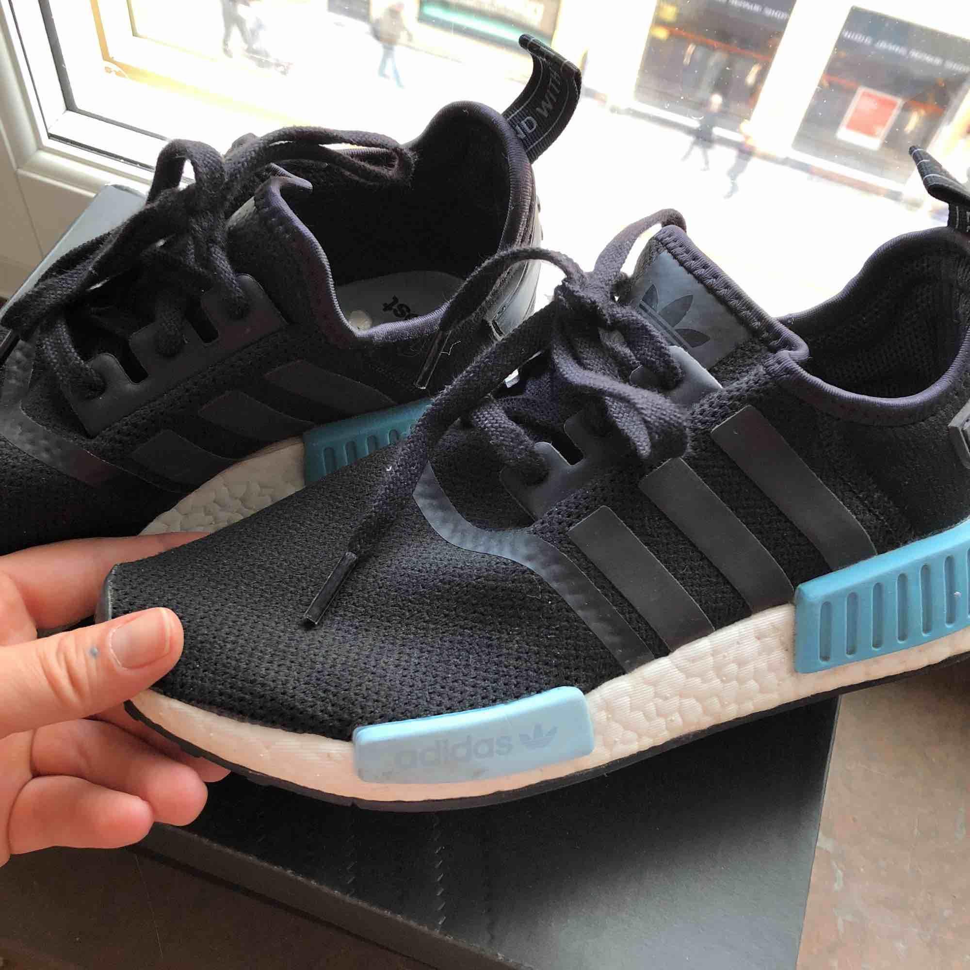 Ett par sneakers från Adidas - Adidas Skor - Second Hand 5ab368af7bb67