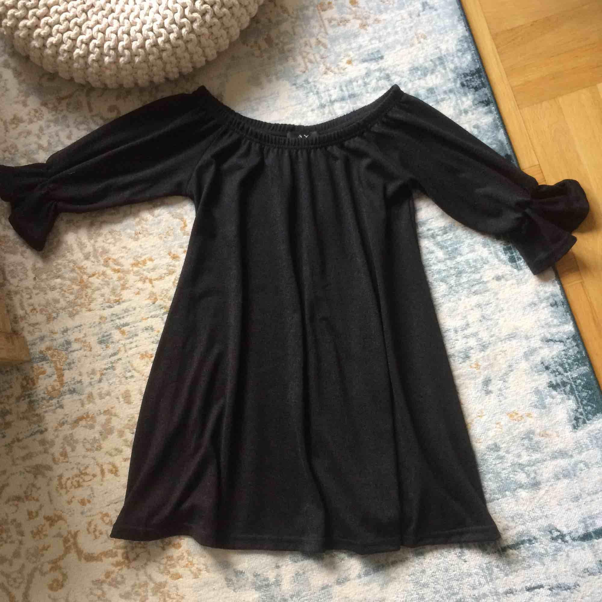Snygg kort klänning! Använd bara en gång! Tyvärr inte min stil!. Klänningar.