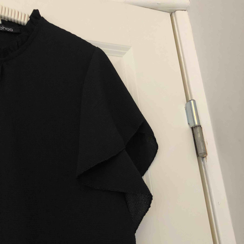 Säljer denna jättesöta blus från Boohoo, har aldrig använt den. Endast testad. Får tyvärr ingen användning för den och hoppas att den kan hitta ett nytt hem. Säljer även en likadan i ljusgrå! Passar även storlek 36.. Toppar.