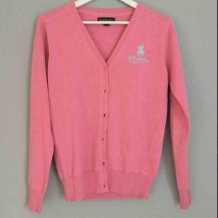 Jättefin rosa kofta från Ralph Lauren i storlek M. Perfekt för kallare höstdagar.  ALDRIG ANVÄND!!!