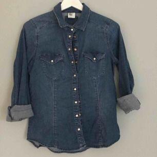 Jättesnygg jeansskjorta från hm i storlek 42 men passar även en vanlig M.  Perfekt för en snygg höstoutfit.