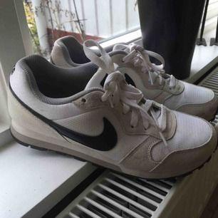 Nike MD runner 2. Stl 39, ganska små i storleken. Lite smutsiga på några ställen, annars i fint skick.