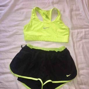 Säljer ett träningset från Nike. Går att köpa separat bh och shorts.  Shortsen är storlek XS - 100kr  Bh:n är storlek S - 50kr Shorts + bh = 125kr  Möts upp i Stockholm alternativt fraktar då köpare står för kostnad! :)