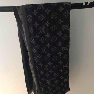 Louis Vuitton sjal, kopia! 2 olika färger beroende på sida. 150 kr inkl frakt. Bra skick, använd fåtal ggr.