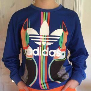 Adidas originals, lös passform runt axeln och halvlång ärm.   Ganska väl använd, har två små subtila fläckar på bokstäverna a och d (se bild tre).