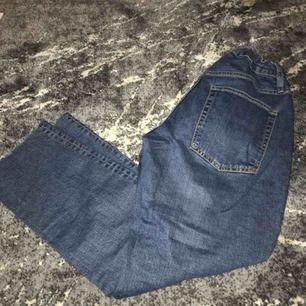 Säljer ett par byxor från Lager som jag har sytt vid midjan pga av att dem var lite för stora. Man jag justera midjan som ni ser. Annars är de sparsamt använda.  Dessa passar även för de som har S eller M i storleken eftersom bandet!