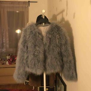 Supersnygg Blågrå jacka köpt för 1000kr, säljer pågrund av att den aldrig kommit till användning & behöver cash :))