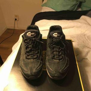 Säljer mina svarta Air max 95, skorna är väl använda men har inga slitningar den vita sulan är ganska smutsig och därav priset :)) Köpta på sneakers and stuff