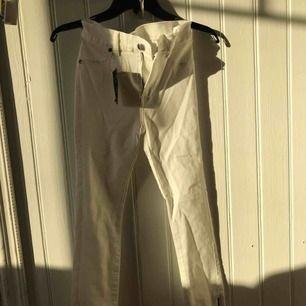 """Vita jeans från Dr.denim i modell """"Domino"""". Strl.S med dragkedjor längst ner & alla lappar sitter kvar. Så dom är helt oanvända, säljs billigt pga jag vill få bort dom då jag tycker det är synd att dom bara ligger här hemma."""