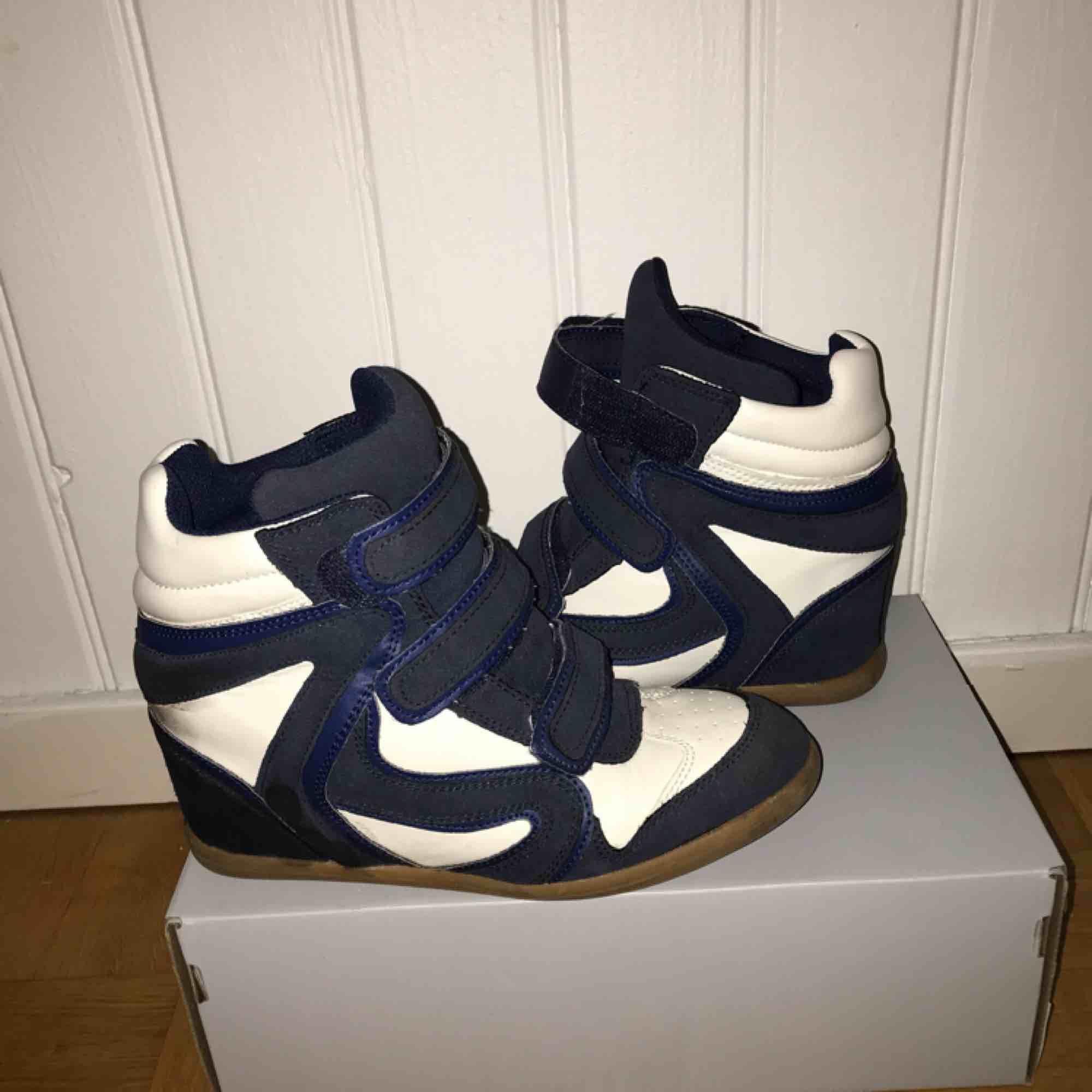 Sneakers med kilklack dinsko