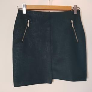 Grön asymetrisk minikjol i skinninimation från märket Pull and Bear. Supersnygg men säljes då den är lite liten på mig!🍒
