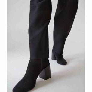 Magiska boots i mocka från Acne i st 38. Normala i storleken. Modellen Saul Reverse Black är helt slutsåld och går inte längre att få tag på. Använda en gång  i ca en timme, så så gott som helt nya.Kartong, kvitto och    skopåse finns.