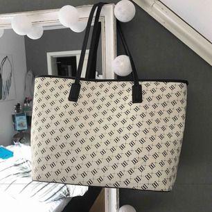 Rymlig handväska   250kr inkl frakt  Lite skiten vid handtagen
