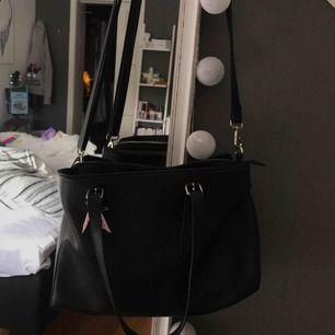 Rymlig axelremsväska med många fack 250kr inkl frakt Liten defekt finns men inget som påverkar väskans utseende när den används