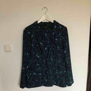 Kostym i leopardmönster från Lindex. Kavaj i storlek M och tillhörande byxor i S. Oanvänd!