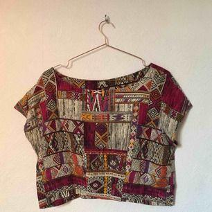 En t-shirt med fint mönster, sparsamt använd och i väldigt bra skick. Frakt ingår i priset 💕