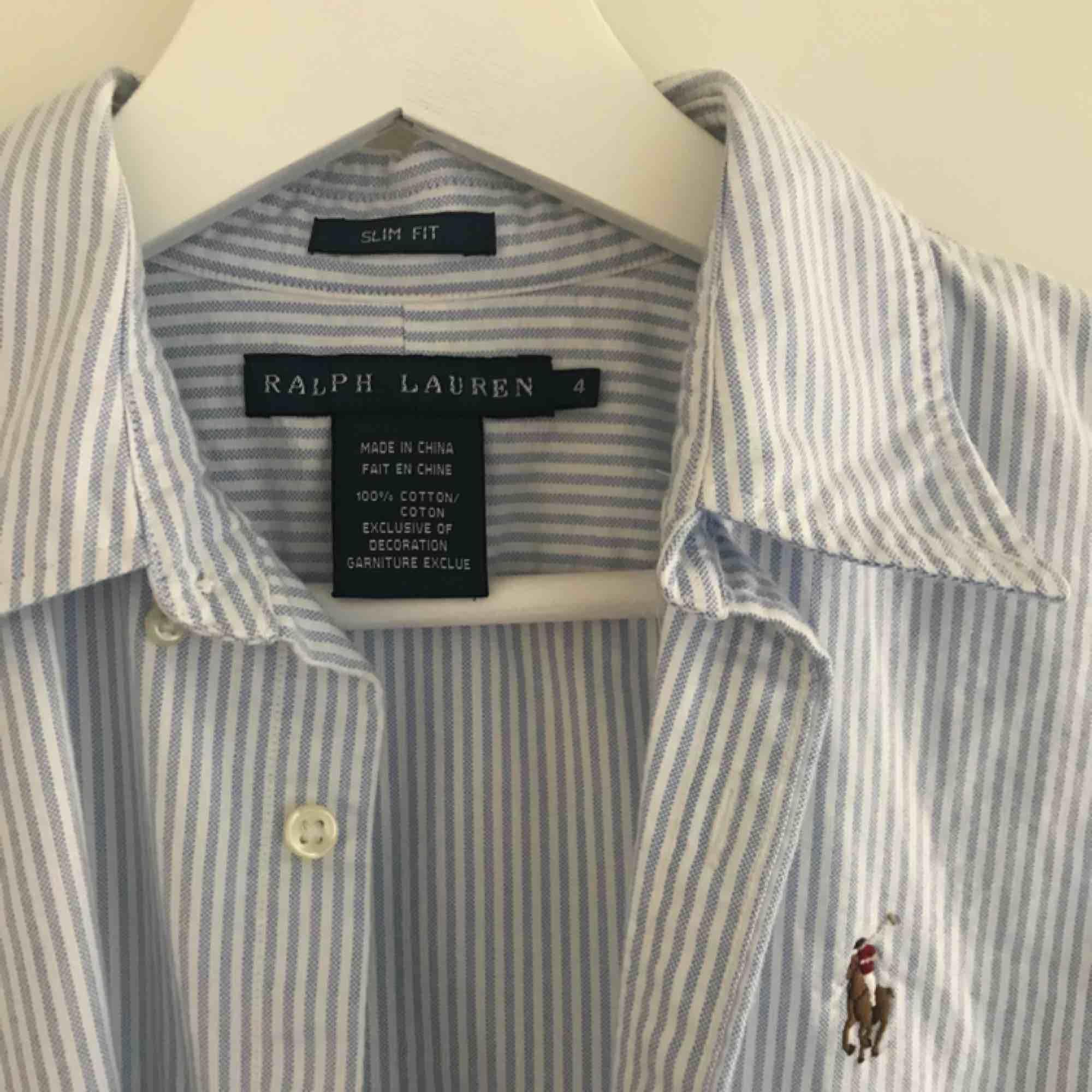 Blå/vit randig skjorta från Ralph Lauren. Slim fit modell, passar storlek S/36. ✨. Skjortor.