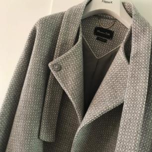 Invig hösten med denna kappa från Massimo Dutti! Nypriset på en kappa därifrån är mellan 2000-3000kr. Så denna för ett dunderpris! Nyskick och precis kemtvättad. Köp innan slutet av okt och få Fri Frakt!