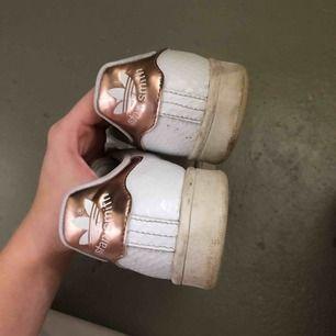 Vita Stan Smith sneakers med guldiga detaljer , använda men i bra skick 🌹