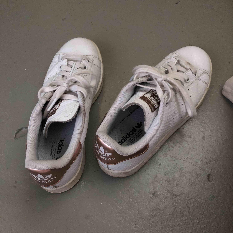 Vita Stan Smith sneakers med guldiga detaljer , använda men i bra skick 🌹. Skor.