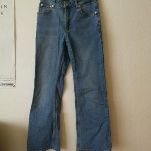 Ljusblåa kick flare jeans från &other stories, de är croppade och utsvängda. Fint skick!