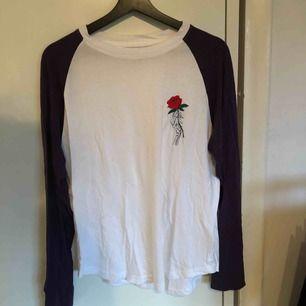 Långärmad tröja köpt på carlings. Skitsnygg men kommer ej till användning! Priset är inklusive frakt (39kr). Tar endast swish!